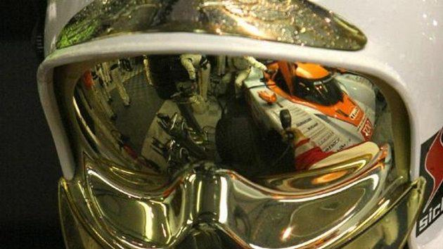 Odraz prototypu Aston Martin posádky Charouz, Enge, Mücke na hledí přilby mechanika v Le Mans.