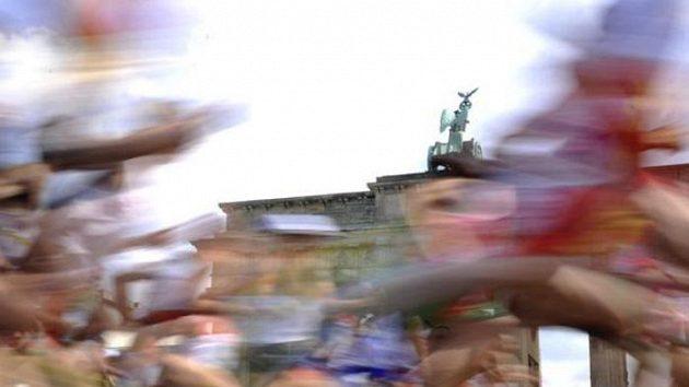 Účastníci maratónu na MS v Berlíně probíhají kolem Braniborské brány.