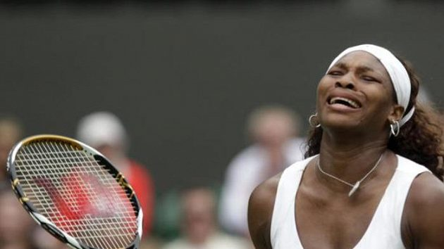 Reakce tenistky Sereny Williamsové v prvním kole na turnaji ve Wimbledonu v utkání proti Portugalce Neuze Silvě.