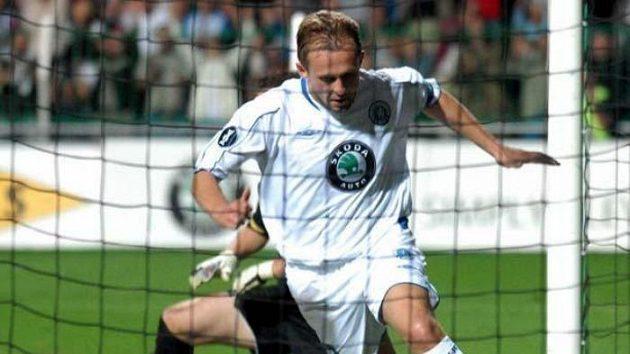 Radim Holub z Mladé Boleslavi bere míč po svém gólu do sítě Marseille.