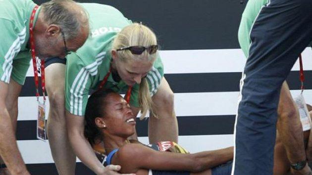 Zraněná americká sprinterka Muna Leeová v péči zdravotníků na MS v Berlíně.