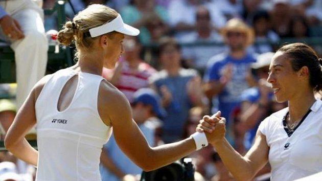 Italská tenistka Francesca Schiavoneová (vpravo) gratuluje Rusce Jeleně Dementěvové k postupu do semifinále Wimbledonu.