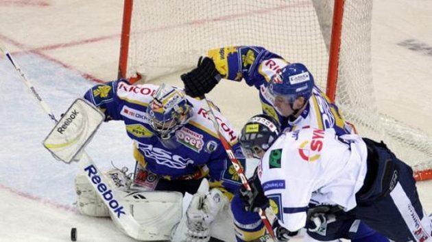 Liberecký Jiří Hunkes (vpravo) se snaží překonat zlínského gólmana Tomáše Štůralu.