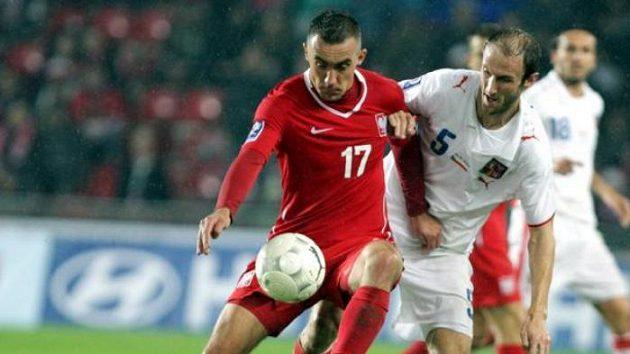 Roman Hubník (vpravo) v souboji s polským fotbalistou Jelenem