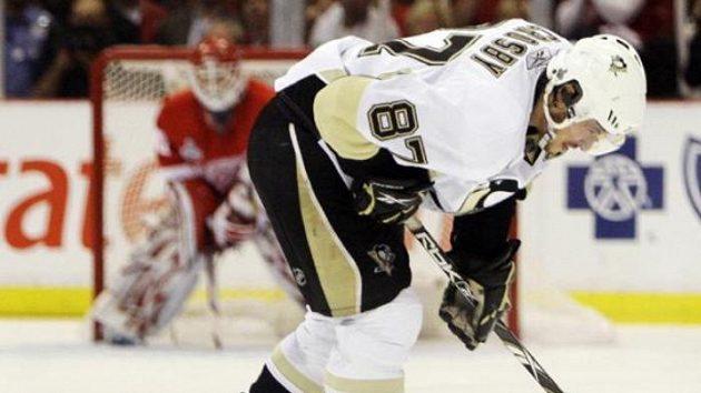 Kapitán Pittsburghu Sidney Crosby opouští sedmé finále po zákroku detroitského Franzéna.