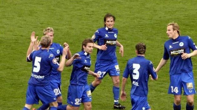 Fotbalisté Liberce se radují po gólu Tomáše Zápotočného pražské Slavii.