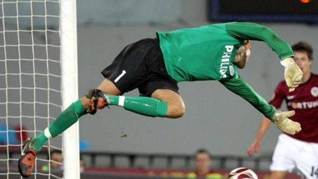 Brankář PSV Eindhoven Isaksson se marně natahuje po střele Martina Zemana.
