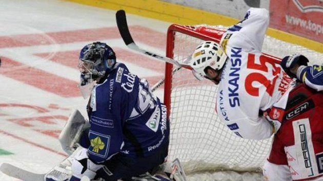 Hokejista Slavie Jelínek před brankářem Plzně Pöpperlem