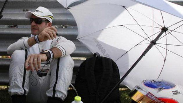Rubens Barrichello z týmu Brawn GP odpočívá před startem Velké ceny Turecka.