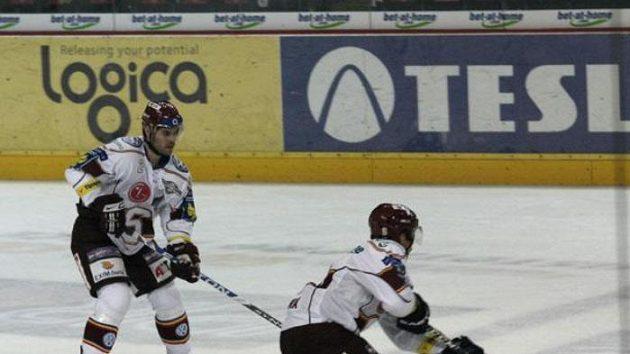 Útočník hokejové Sparty Jaroslav Hlinka přihrává spoluhráči.