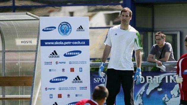 Petr Čech radí mladým fotbalistům.