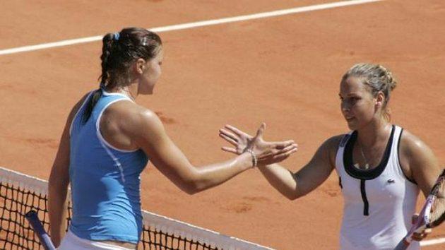 Dominika Cibulková (vpravo) a Dinara Safinová po semifinále French Open
