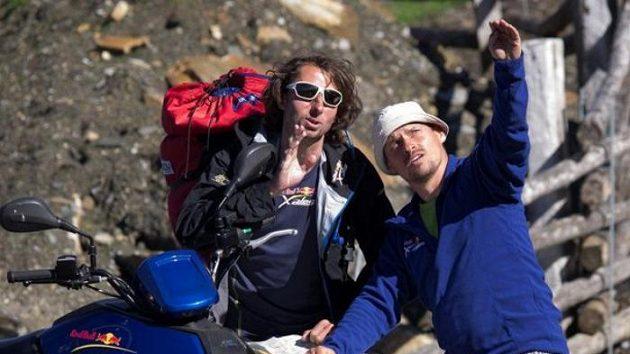 Musíš až tam nahoru! Jan Škrabálek (vlevo) při poradě o dalším postupu při závodu Red Bull X-Alps.