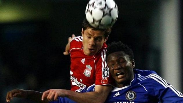 John Obi Mikel v dresu Chelsea (vpravo) bojuje o míč s liverpoolským protihráčem Xabi Alonsem.