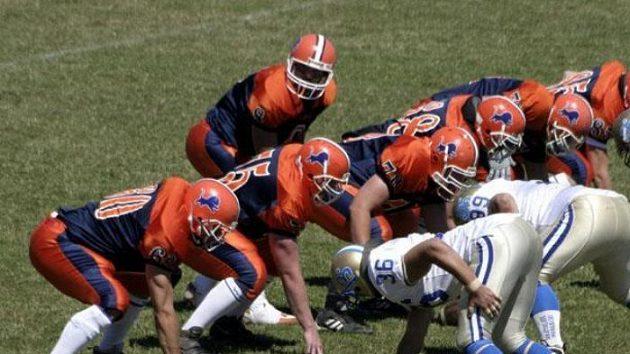 Quarterback Lions zahajuje útočnou akci.