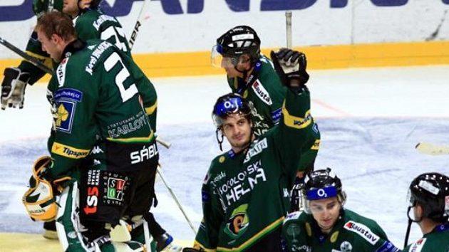 Hokejisté Karlových Varů se radují z vítězství na Slavii.