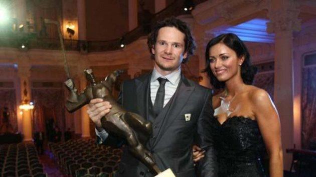 Hokejista Patrik Eliáš s manželkou a trofejí pro nejlepšího hráče České republiky v sezóně 2008/09