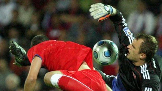 Český fotbalista Daniel Pudil v souboji s brankářem Slovenska Muchou
