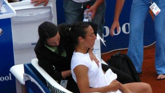 Francesca Schiavoneová v péči fyzioterapeutky