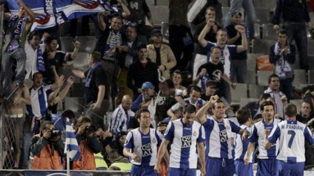 Hráči barcelonského Espaňolu oslavují branku Moisese Hurtada do sítě Werderu Brémy v semifinále Poháru UEFA.