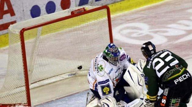 Karlovarský hokejista Lukáš Pech střílí gól kladenskému brankáři Kopřivovi.