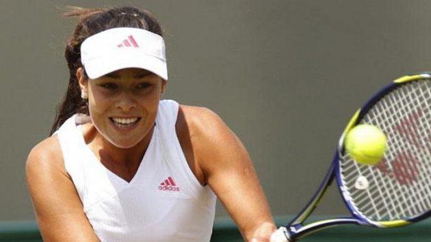 Srbská tenistka Ana Ivanovičová během utkání 3. kola Wimbledonu proti Australance Stosurové