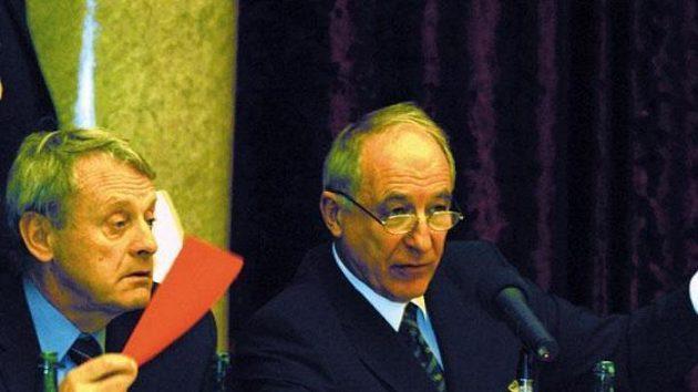Předseda Českého olympijského výboru Milan Jirásek (vpravo) hlasuje při schvalování olympijské nominace.