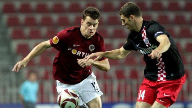 Sparťan Ondřej Kušnír (vlevo) v souboji s fotbalistou PSV Eindhoven Pietersem