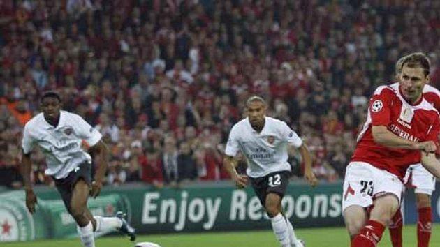 Milan Jovanovič střílí z penalty druhý gól Lutychu do sítě Arsenalu