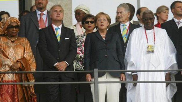 Německý prezident Horst Koehler (vpravo) s prezidentem IAAF Lamine Diackem (druhý zprava) při zahájení mistrovství světa v atletice.