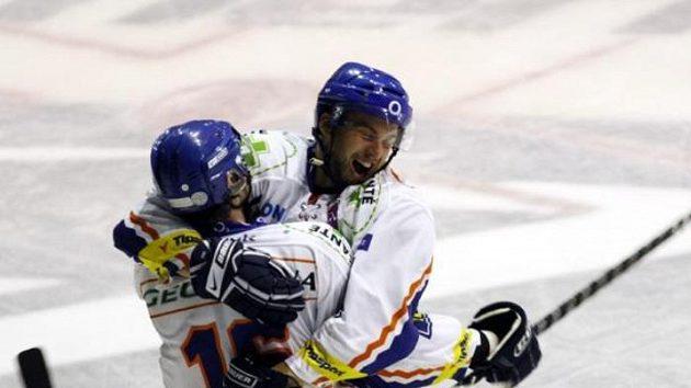 Radost kladenských hokejistů Majeského (č. 16) a Diviše