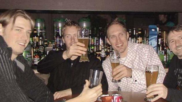 Silvestrovské pivo se zámořskými spoluhráči. S Martincem jsou u stolu Kanaďané Brock Radunske a Brad Fast a Američan Jon Awe (zleva).
