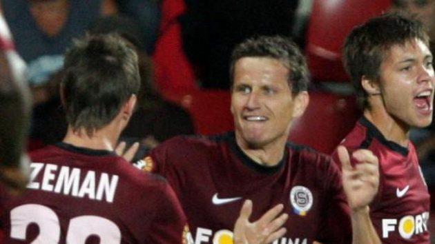 Václav Kadlec ze Sparty (vpravo) oslavuje svou trefu v utkání s Mladou Boleslaví.