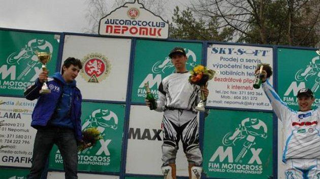 radost na stupních vítězů po závodu MČR v quadcrossu v Kramolíně.