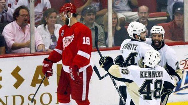 Hokejista Pittsburghu Maxime Talbot oslavuje gól v sedmém finále proti Detroitu.