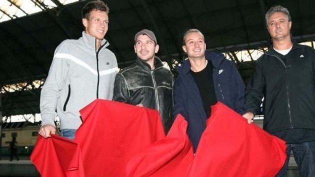 Tomáš Berdych, Jan Hájek, Dušan Lojda a nehrající kapitán Jaroslav Navrátil před odletem do Španělska na finále Davisova poháru.
