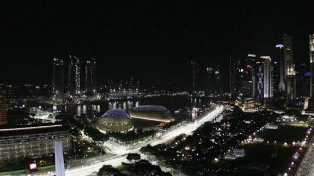 Spektakulární pohled na nasvětlený městský okruh v Singapuru.