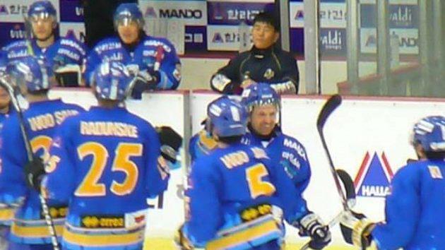 Patrik Martinec oslavuje se spoluhráči gól svého týmu Anyang Halla.