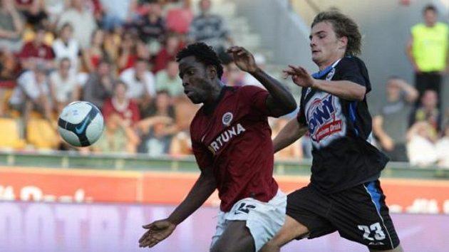 Sparťanský fotbalista Wilfried v souboji s kladenským Benešem