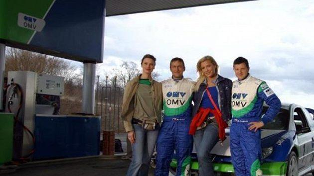 Jezdci rallye Štěpán Vojtěch (vpravo) a Michal Ernst během natáčení reklamy pro ÖMV