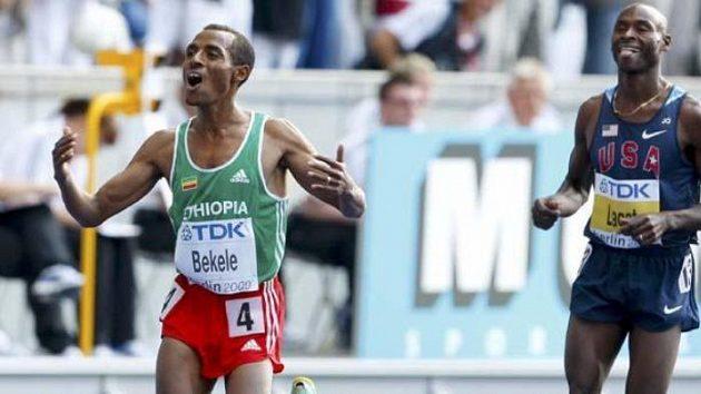 Etiopský vytrvalec Kenenisa Bekele (vlevo) probíhá cílem závodu na 5000 metrů.