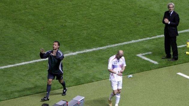 Francouz Zinédine Zidane opouští po vyloučení finále MS. Vpravo přihlíží kouč Raymond Domenech.