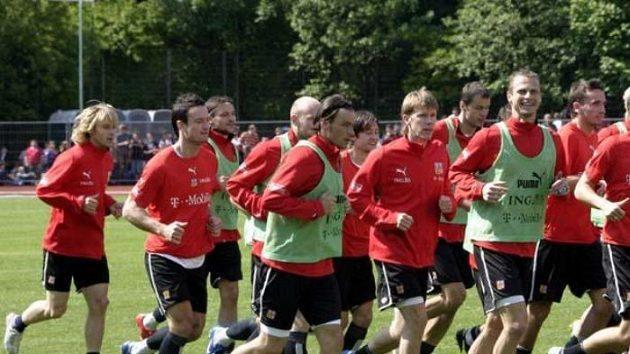 David Rozhenal se usmívá na tréninku reprezentace ve Westerburgu.