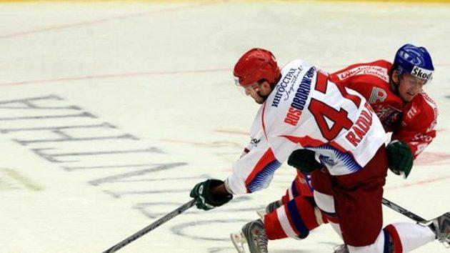 Souboj ruského hokejisty Radulova s českým bekem Blaťákem