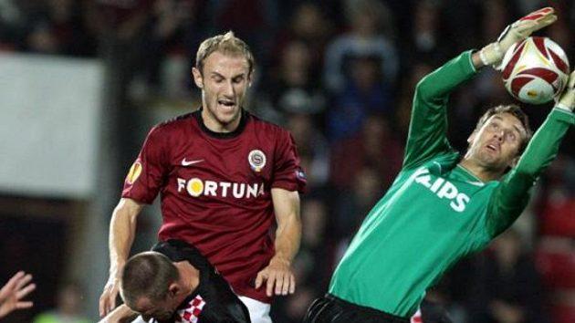 Sparťanský stoper Roman Hubník před brankou PSV Eindhoven