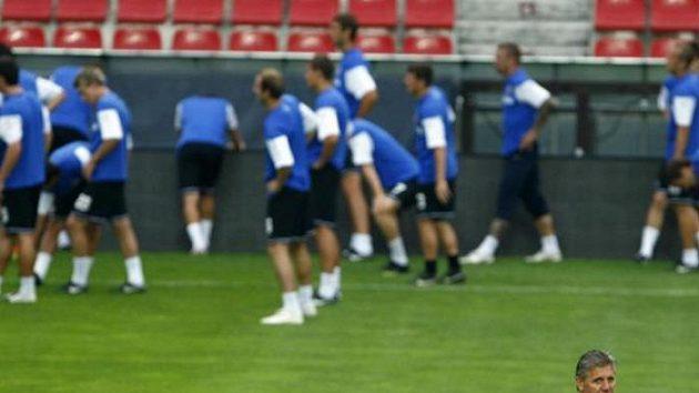 Trenér Sparty Jozef Chovanec sleduje hráče na tréninku před odvetným duelem play-off Evropské ligy s Mariborem.