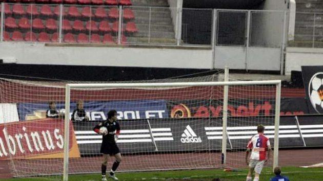 Slávista Petr Janda (č. 8) se raduje z gólu do sítě Liberce. Vlevo přihlíží zklamaný gólman Čech.