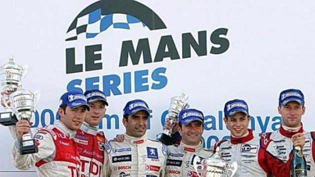 Dvojice Jan Charouz (druhý zprava) a Stefan Mücke (zcela vpravo)vybojovala s prototypem stáje Charouz Racing System v závodu 1000 km Barcelony 3. místo v absolutním pořadí.