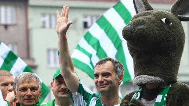 Herec Ivan Trojan v dresu Bohemians 1905 (vpravo) zdraví fanoušky po utkání s Ústí nad Labem.