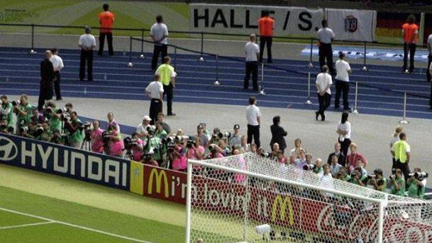 Italský obránce Fabio Grosso proměněnou penaltou rozhoduje finále MS.